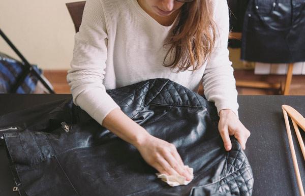 sacar una mancha de chaquea de cuero negro